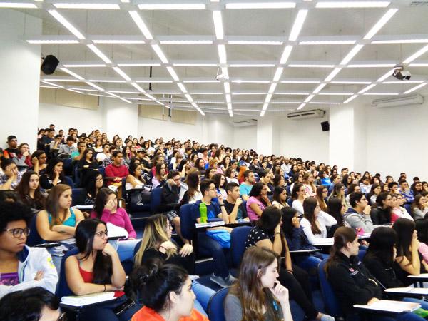 Vestibulandos de medicina lotam auditório em palestra do Einstein